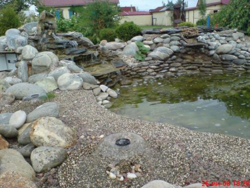 Садовый водоем с каскадом и фонтаном.