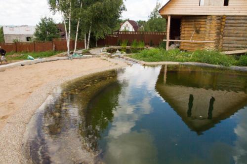 Каскадная система из двух прудов, обрамляющих баню, а также озеленение близлежащей территории.